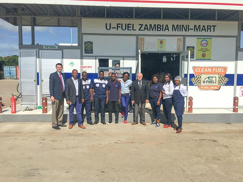 优孚尔董事长Mike Webb和赞比亚站团队合照